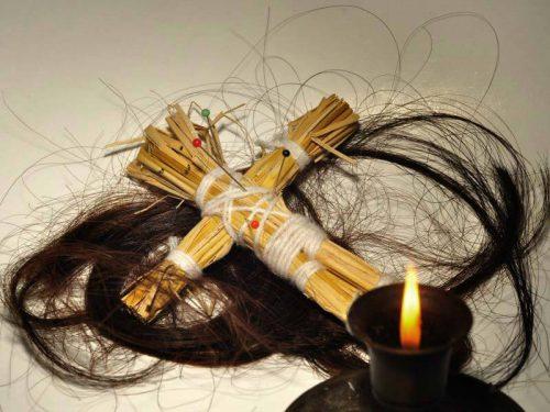 Из чего можно сделать куклу вуду? Из ткани, ниток, воска, но обязательно с биологическим материалом человека (волосами, ногтями и пр.)
