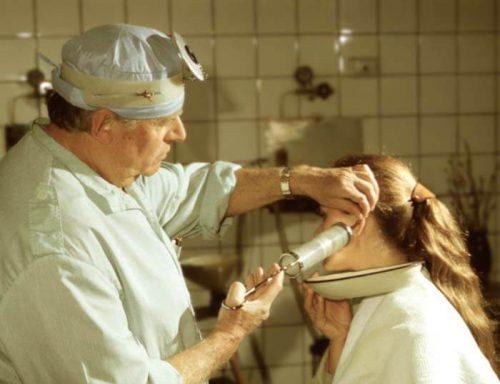 Промывание уха для удаления серной пробки