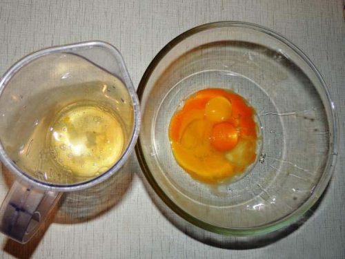 Разделить белки и желтки