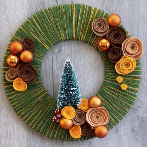 Новогодний венок из фетра и пряжи